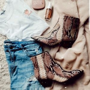 Shoes - 🆕//Coachella Collection// Pink Snake print bootie